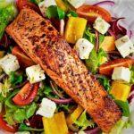 سالاد یونانی و ماهی سالمون یونان غذالند سرزمین غذا