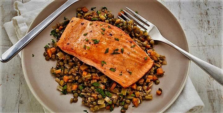 ماهی سالممون با عدس و تره فرنگی غذالند سرزمین غذا
